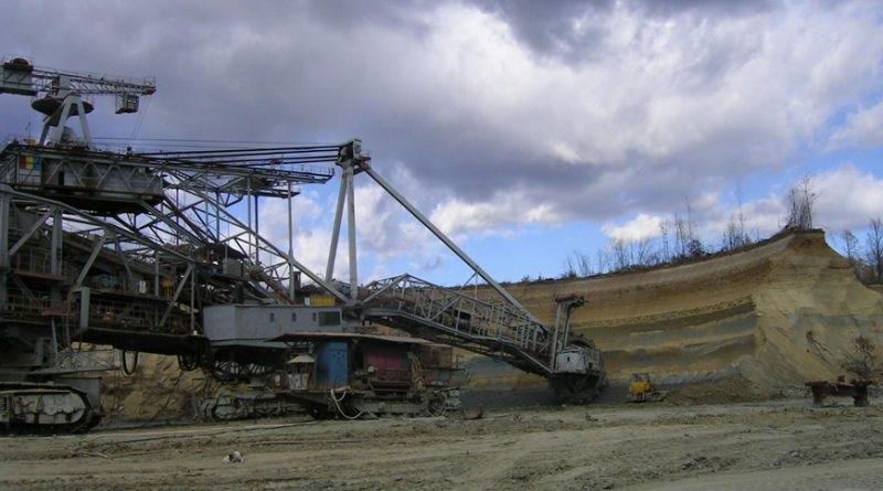 investitie cariera mineri excavator